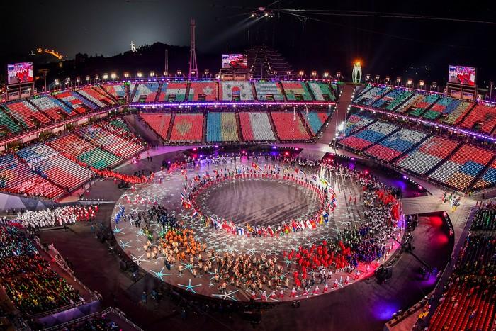 Все издания отметили, что световое шоу и оформление главного стадиона в этом году удалось на славу.