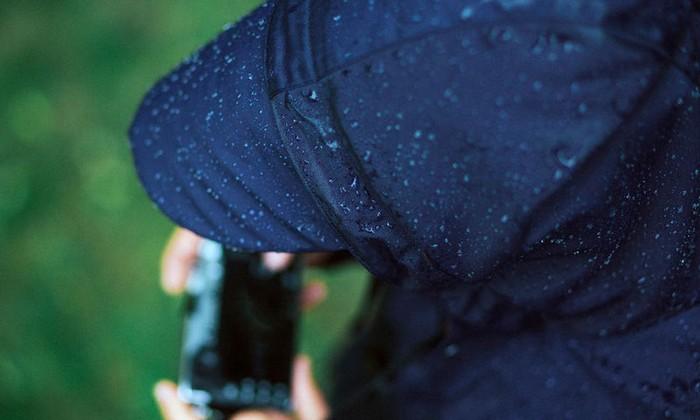 Козырёк на капюшоне защитит от дождя и фотографа, и камеру.