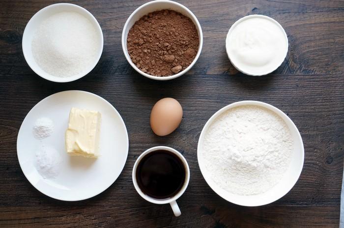 Готовим шоколадные кексы со «сникерсами» и мороженым
