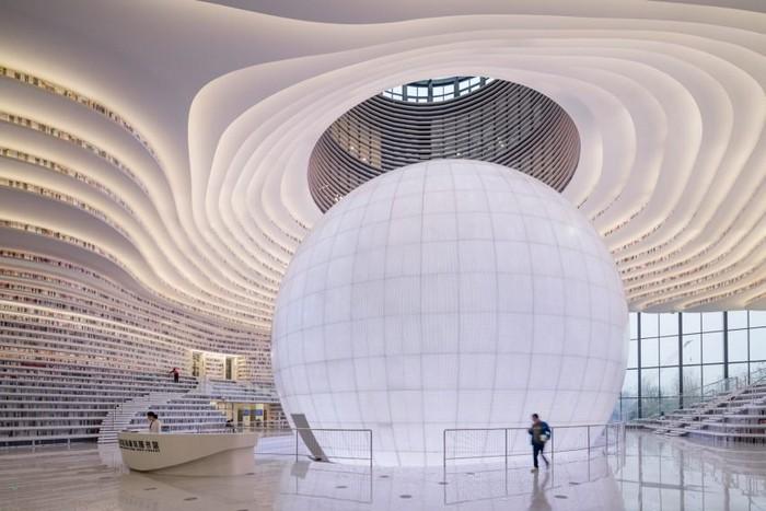 В самом центре библиотеки располагается конференц-зал в виде огромной белой сферы.
