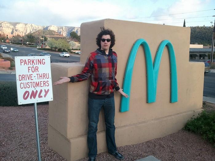Туристов так и тянет к бирюзовому «Макдоналдс».