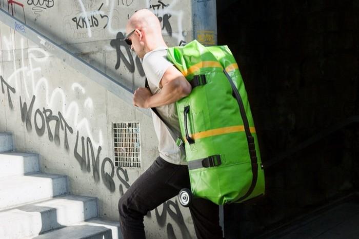 А ещё надувной чемодан можно запросто носить на плече