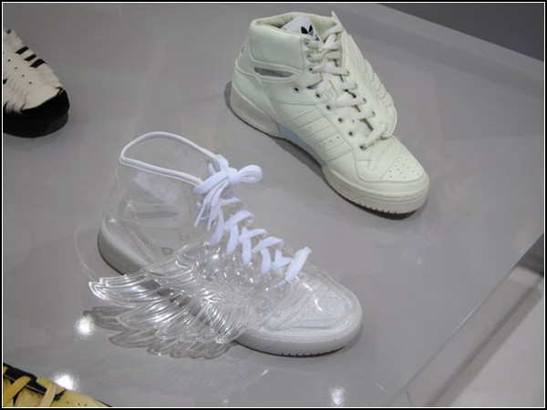 Прозрачные и фосфоресцирующие Adidas Wings by Jeremy Scott