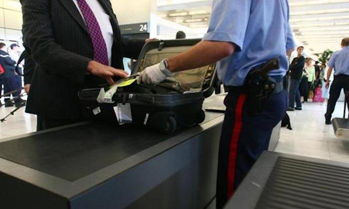 Напуганного владельца чемодана вызывают на отдельный «досмотр».