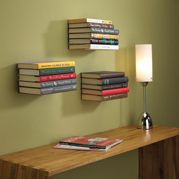 Книги, «приклеенные»  к стене с помощью металлических скобок от дизайнера Miron Lior. Полки-невидимки выдерживают до 7 кг!
