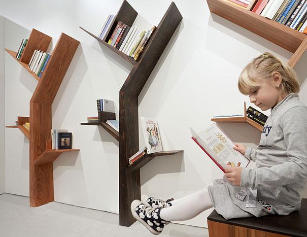 """Hojeado un libro a la sombra del """"Parque libro"""" puede ser debido a la imaginación del diseñador Kostas Syrtariotis."""