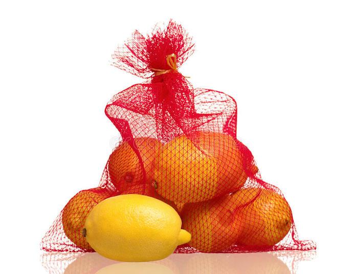 Даже лимоны внутри красной сетки выглядят не жёлтыми, а оранжевыми.