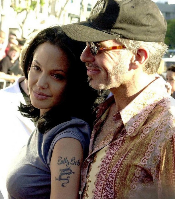 После этой татуировки Джоли зареклась «впечатывать» имена любимых на собственном теле