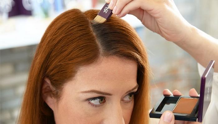 Бьюти-секрет: тени для век или бровей помогут скрыть отросшие корни волос