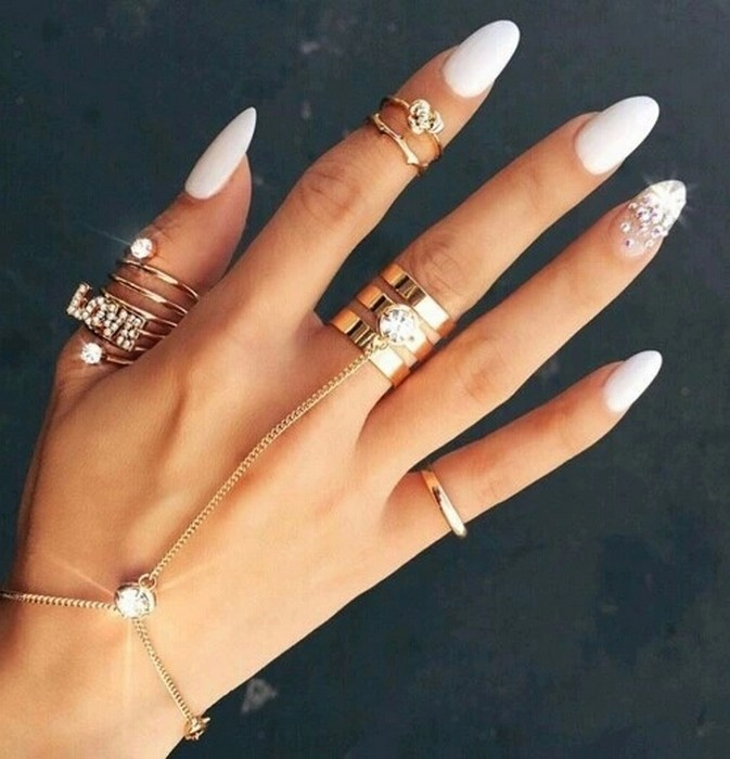 Классические овальные ногти.