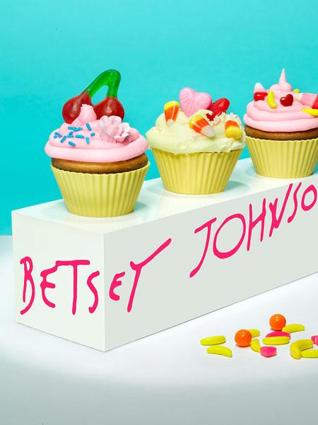Обычные кексы на службе моды: Betsey Johnson