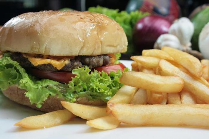 Причиной для жалобы может быть всё. Например, майонез в гамбургере.