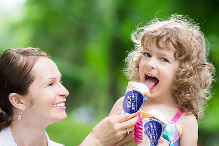 Родители часто взращивают ассоциацию, что вкусная еда = счастье.