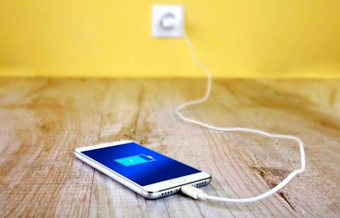 Лайфхак опытных путешественников, как зарядить смартфон за 5 минут.