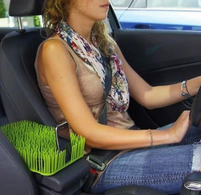 Пластиковые «травинки» надёжно удержат, что угодно: от смартфона до чашки кофе
