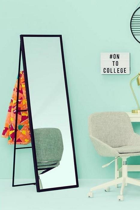 Складное зеркало – хороший выбор для спальни