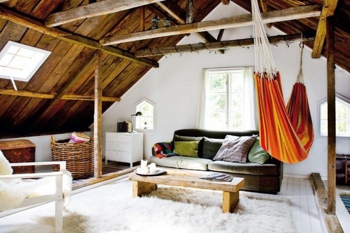 Полноценная гостиная под самой крышей.