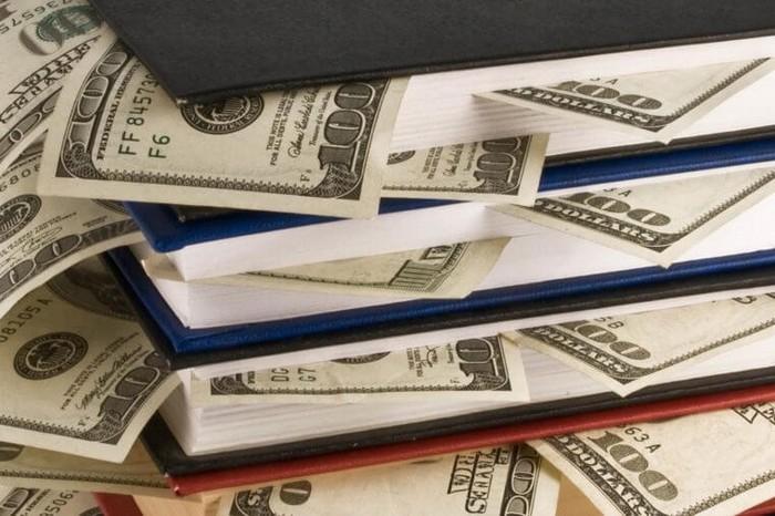 Книги богатые люди используют  не только для того, чтобы хранить в них деньги.