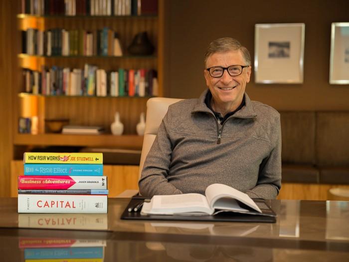 Не знаете, с чего начать? Билл Гейтс регулярно составляет «списки книг к прочтению», которые можно без труда найти в Сети.