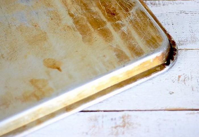 3 способа, как очистить противень от нагара и пригоревшего жира