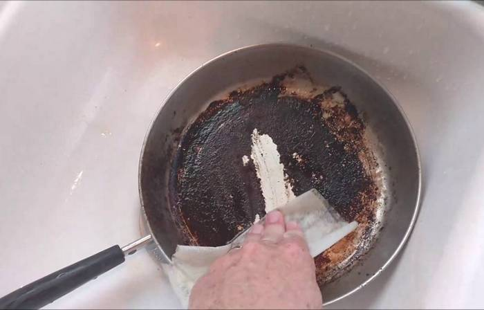 Как избавиться от следов нагара на сковороде с помощью подручных средств