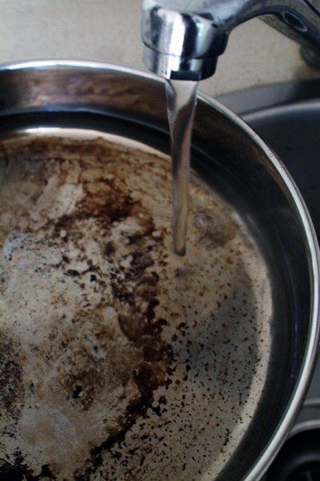 Налейте на сковородку воды так, чтобы покрыть дно