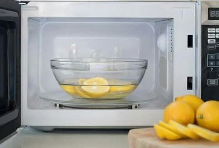 Как просто и эффективно очистить микроволновку от пятен еды и неприятного запаха
