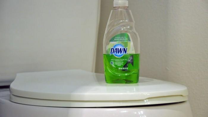Как прочистить забитый унитаз без вантуза.