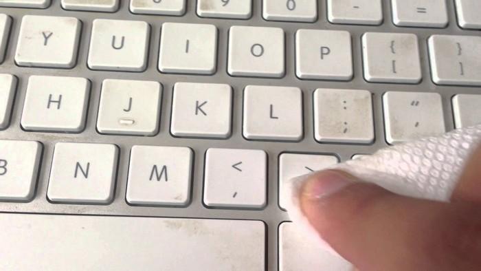 Влажные салфетки очистят клавиатуру, но не стоит пользоваться ими для экрана.