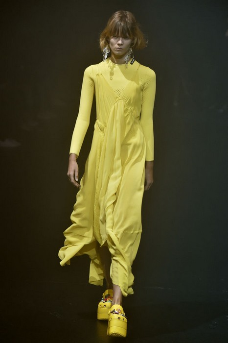 Суровые модели в «кроксах» на показе Balenciaga.