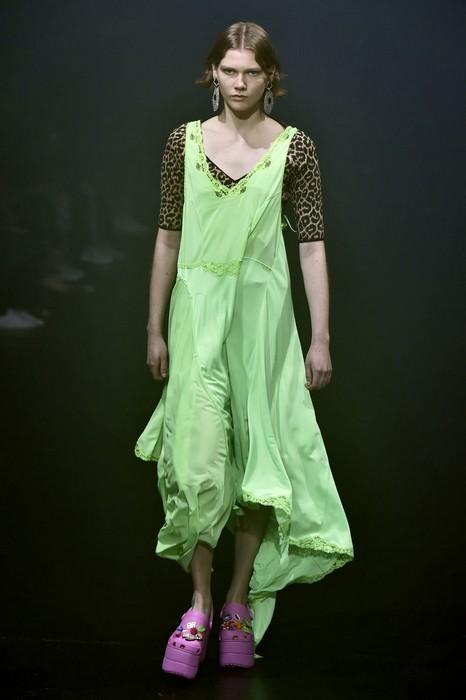 Crocs на десятисантиметровой платформе стали самой обсуждаемой деталью показа Balenciaga.