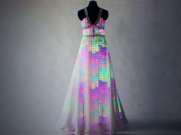 Сияющее платье Aurora от британского дизайн-дуэта CuteCircuit
