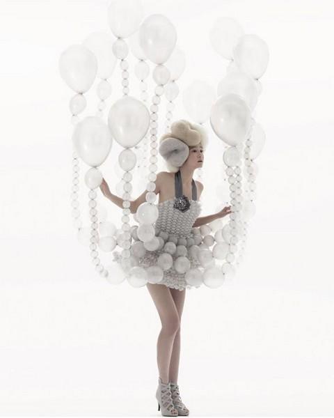 Японский дизайнер Rie Hosokai создал платья из воздушных шариков.