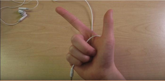 Захватываем вот в  такой жест, между большим и указательным пальцами