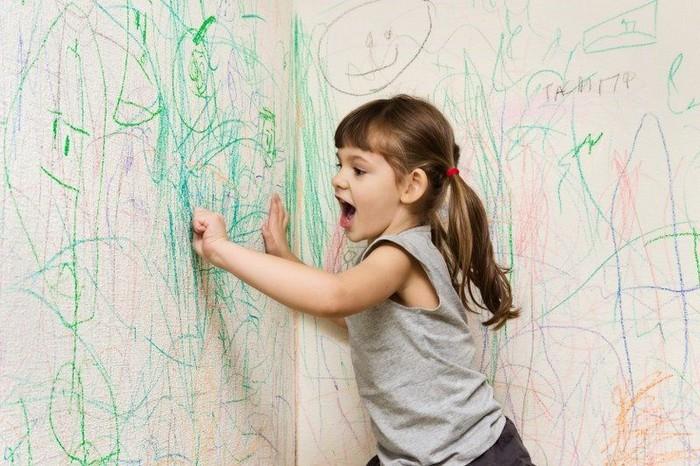 Как убрать следы от цветных мелков на стенах.