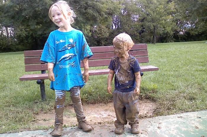 Как вывести  пятна от грязи с одежды.