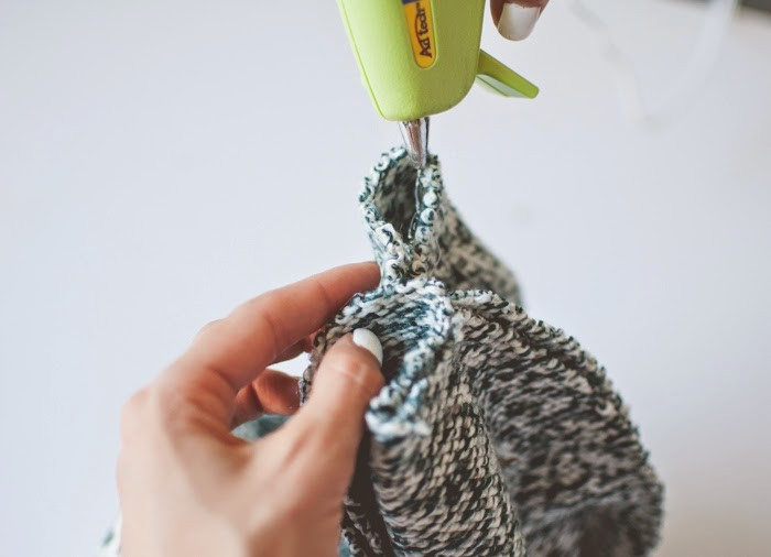Как сделать стильную шапку-бини из старого свитера