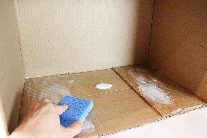 Промазываем коробку клеем.