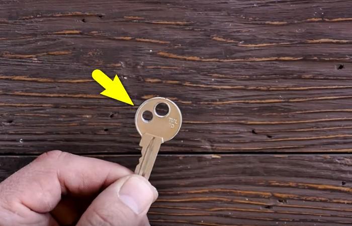 Зачем люди делают второе отверстие на ключах?