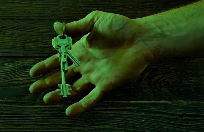 Выступающий ключ легко найти даже в кромешной темноте.