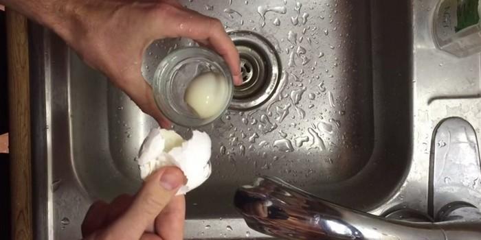 Чистим вареные яйца за пару секунд