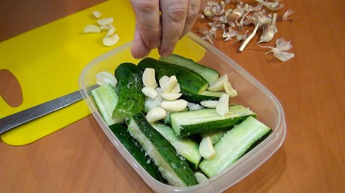 Как приготовить вкуснейшие малосольные огурчики всего за 2 часа: самый простой способ