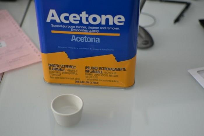 Ацетон не обязательно запасать канистрами. Подойдёт даже «смывка» для лака с ногтей.