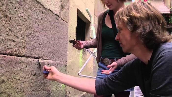 Художник Арам Бартхолл (Aram Bartholl) вмуровывает флешку в стену .