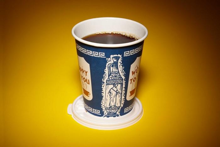 Крышку для стаканчика кофе можно (и нужно) использовать в качестве подставки