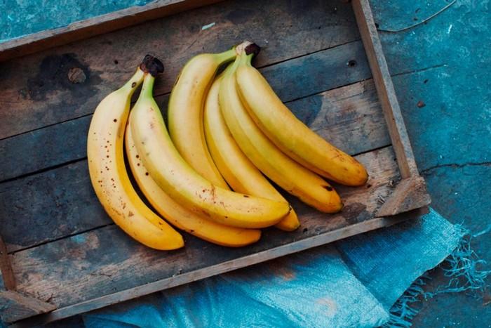 Даже бананы можно кушать с королевским изяществом.