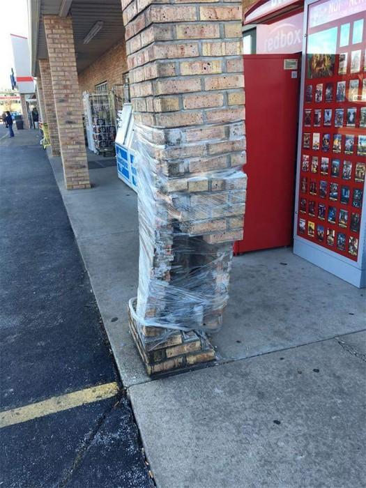 Эту колону лучше обходить с другой стороны улицы.