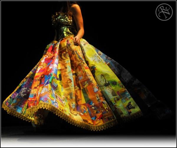 Юбка дизайнерского платья сшита из 14 квадатных метров книжных иллюстраций