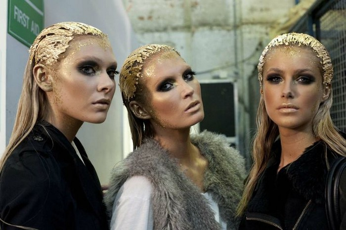 Волосы с позолотой – смелый тренд с подиума