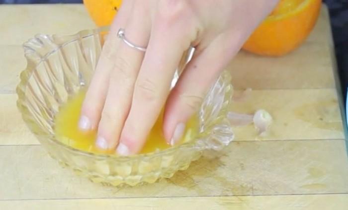 Вначале – апельсиновый сок и чеснок.